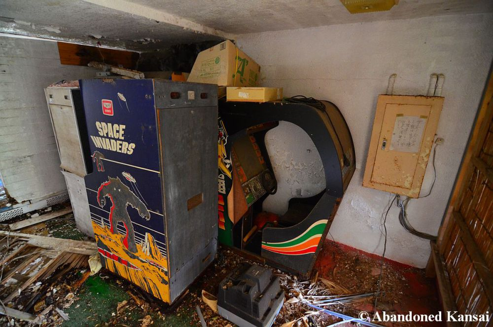 abandoned-space-invaders-arcade-machine